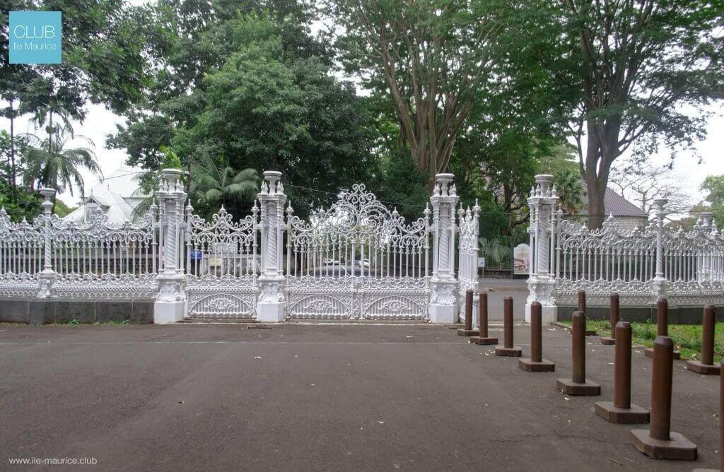 jardin de pamplemousses - porte en fer